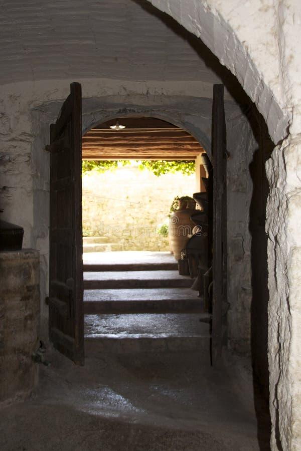 Casa de pedra velha com a porta de madeira aberta fotografia de stock