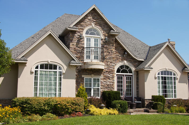 Casa de pedra Windows bonito do estuque imagem de stock royalty free