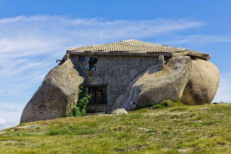 Casa de piedra en la tapa de un moutain fotos de archivo