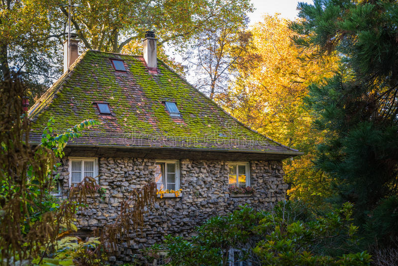 Casa de piedra vieja grande Forest Fantasy Fairy Tale German Forest Wo imagen de archivo