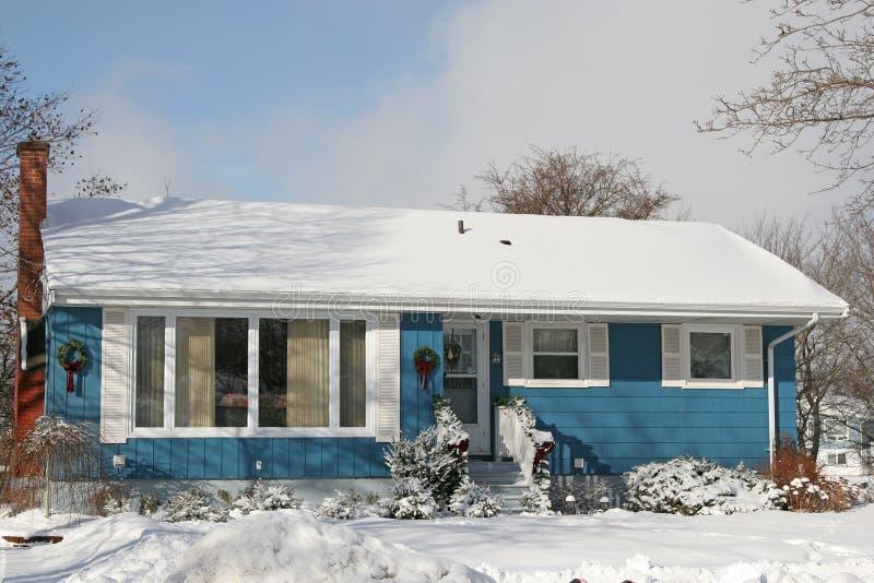 Casa de planta baja azul fotografía de archivo