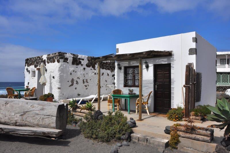 Casa de planta baja blanca pequeña, acogedora y simple en la isla española Lanzarote fotografía de archivo