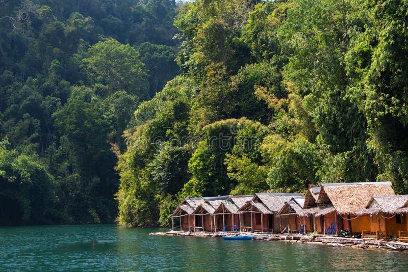 Casa de planta baja en el lago tropical foto de archivo libre de regalías