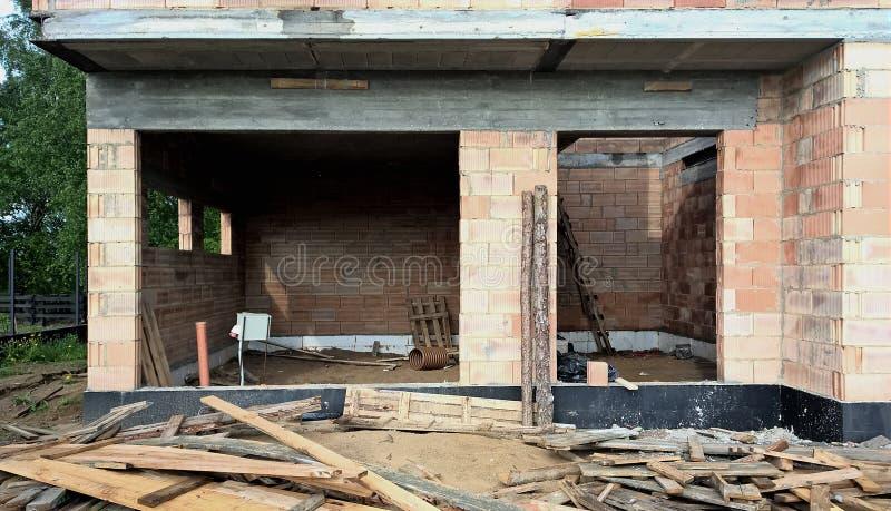 Casa de planta baja moderna bajo construcción fotografía de archivo libre de regalías