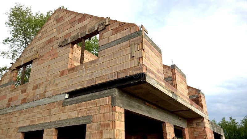 Casa de planta baja moderna bajo construcción foto de archivo