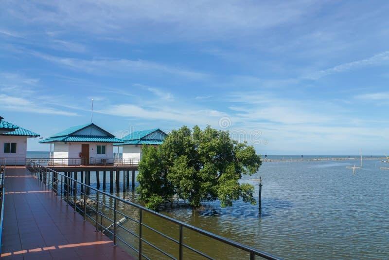 casa de planta baja Solo-famosa en la playa en día soleado con el cielo azul foto de archivo