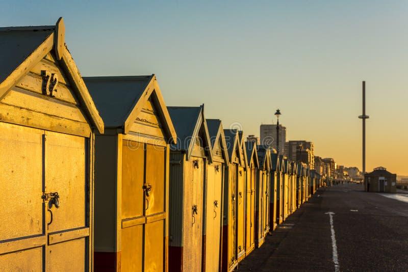 Casa de playa colorida de la choza de la playa de Brighton a lo largo de la costa de Brighton Pier foto de archivo