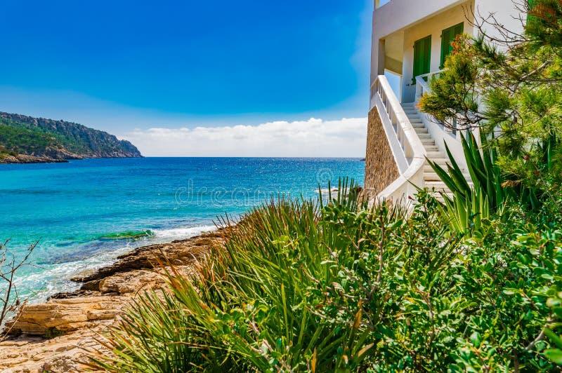 Casa de playa en la playa hermosa con paisaje de la agua de mar de los azules turquesa foto de archivo