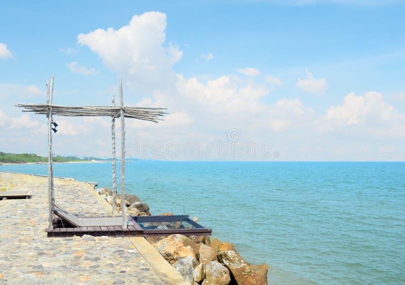Casa de playa en orilla de mar con la alta pared imágenes de archivo libres de regalías
