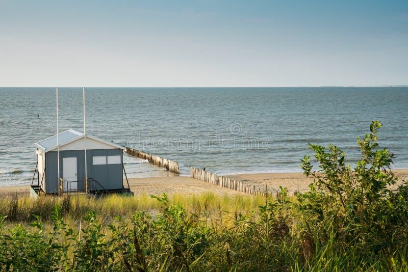 Casa de praia ao longo do litoral do Mar do Norte, mau de Cadzand, os Países Baixos imagem de stock