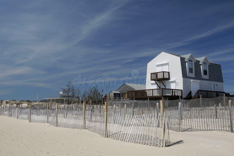 Casa de praia com obturadores e cerca do furacão imagem de stock