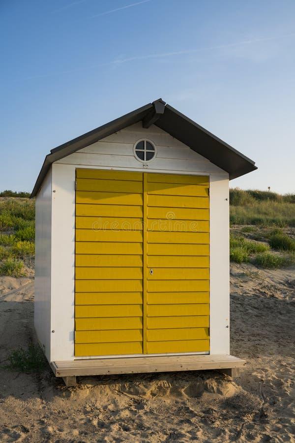 Casa de praia nas dunas do mau de Cadzand, os Países Baixos foto de stock royalty free