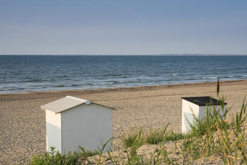 Casa de praia nas dunas do mau de Cadzand, os Países Baixos fotos de stock