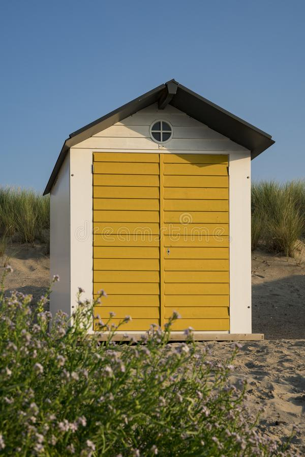 Casa de praia nas dunas do mau de Cadzand, os Países Baixos imagem de stock royalty free