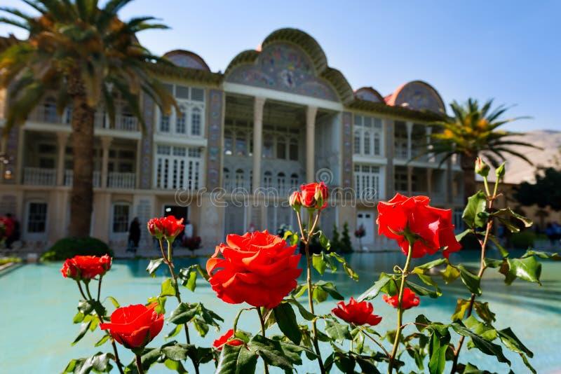 Casa de Qavam en el jardín de Eram con las rosas rojas en Shiraz irán foto de archivo libre de regalías