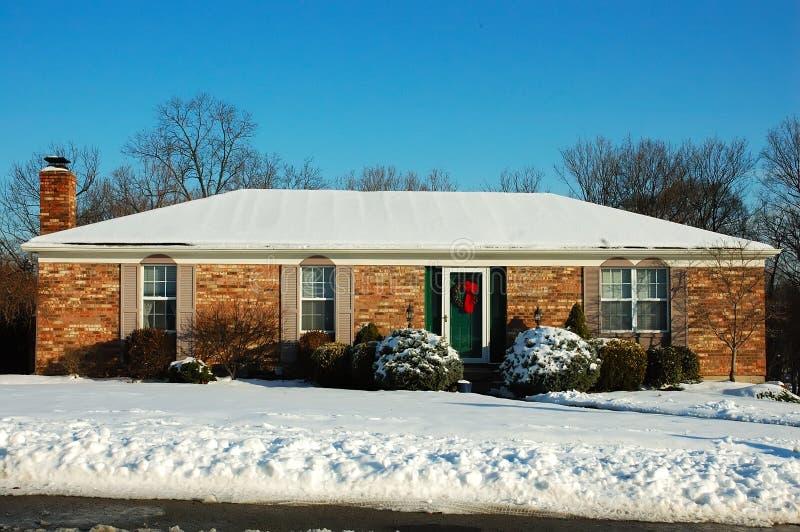 Casa de rancho no inverno imagens de stock royalty free