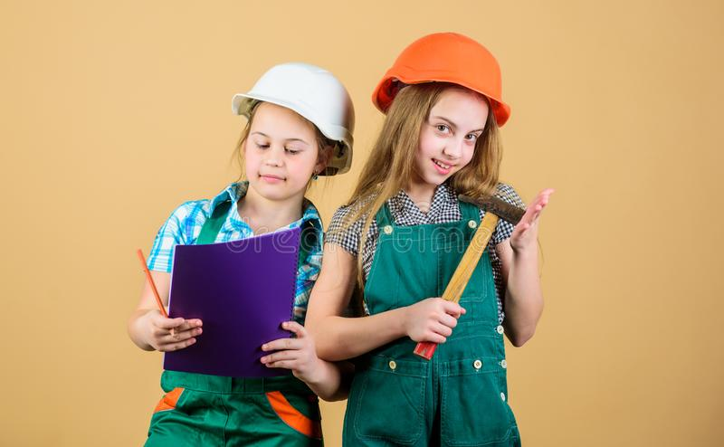 Casa de renova??o feliz das crian?as Atividade da melhoria de casa Meninas das crian?as com as ferramentas que planeiam a renova? fotos de stock