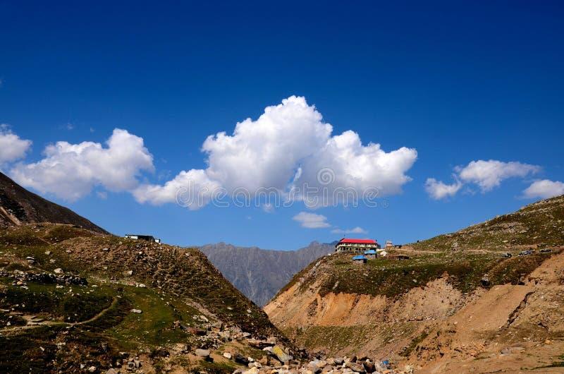 Casa de resto en el top de la montaña en el lago Saiful Muluk Kaghan Valley Paquistán imágenes de archivo libres de regalías