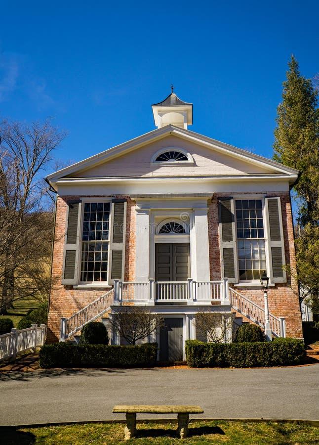 Casa de reunião velha do tijolo, Warm Springs, Virgínia, EUA fotos de stock royalty free