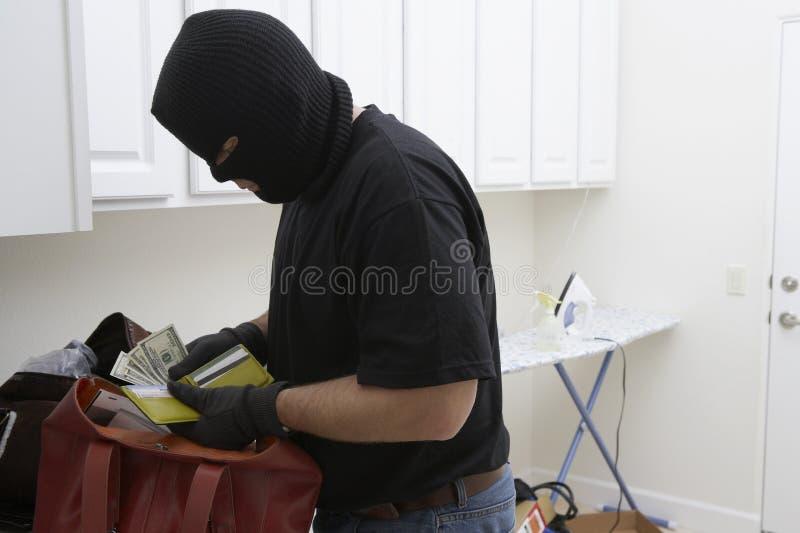 Casa de Stealing Money From del ladrón fotos de archivo