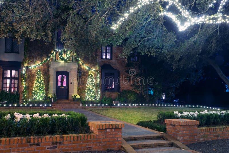 Casa de surpresa do tijolo com suas luzes de Natal inverno, noite, Ho fotografia de stock royalty free