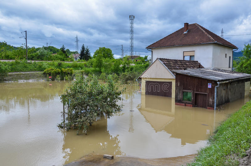 Casa de uma família durante inundações foto de stock royalty free