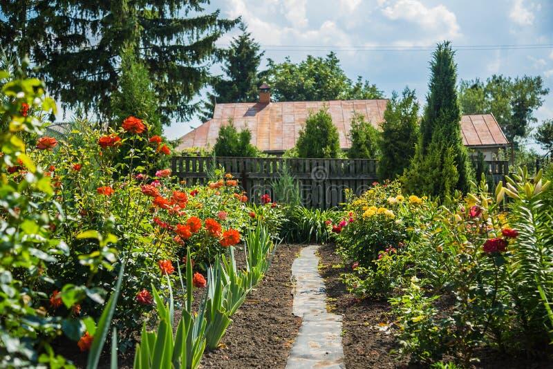 Casa de un jardín de flores fotografía de archivo libre de regalías