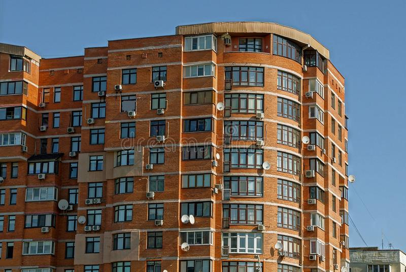 Casa de varios pisos de Brown con las ventanas y los balcones en el cielo foto de archivo