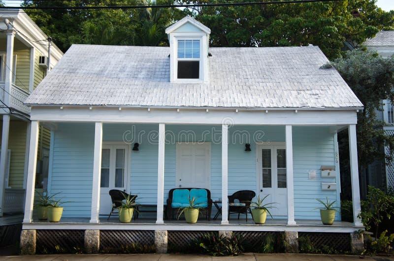 Casa de verão azul bonito em chaves de Florida fotos de stock
