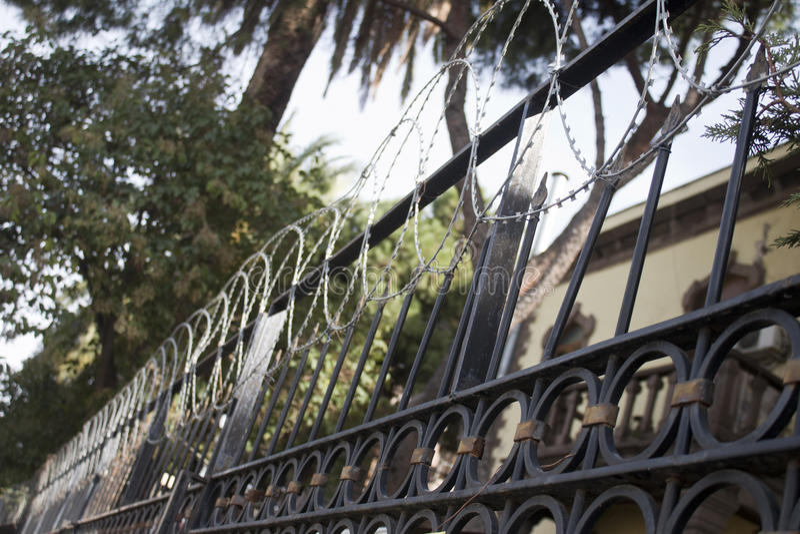 A casa de verão velha protege para a cerca da lâmina para o criminoso imagem de stock