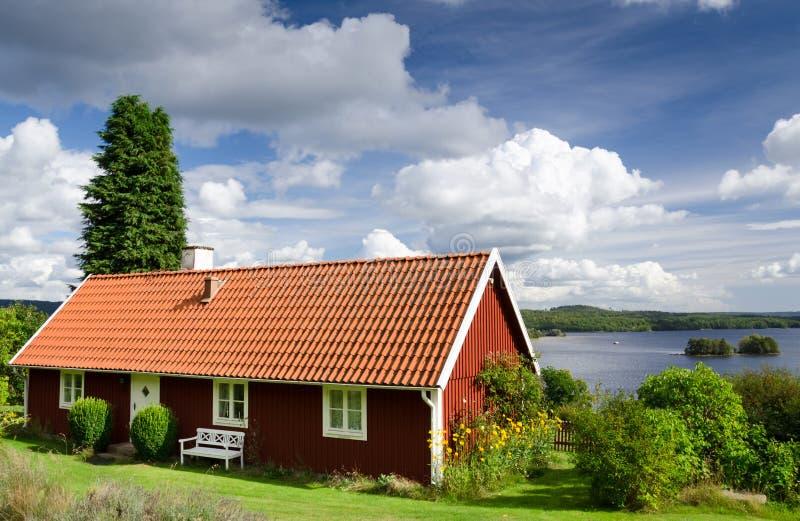 Casa de verano cerca del lago imágenes de archivo libres de regalías