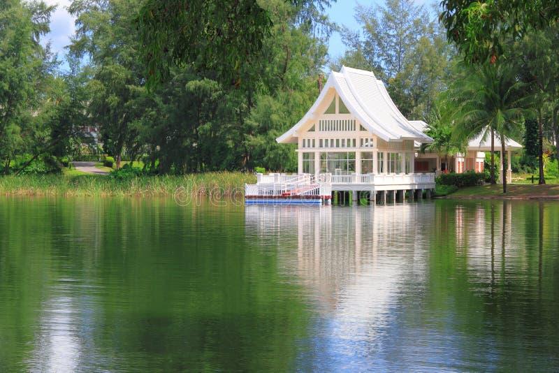 Casa de verano en el lago imagen de archivo libre de regalías