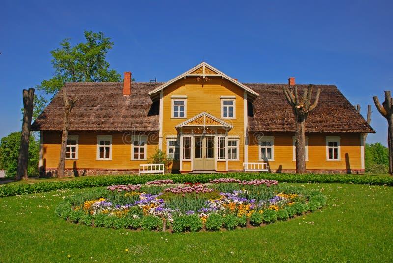 Casa de verano hermosa en campo foto de archivo libre de regalías