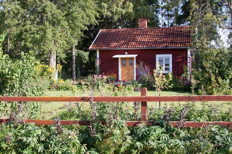 Casa de verano roja típica en Suecia. foto de archivo libre de regalías