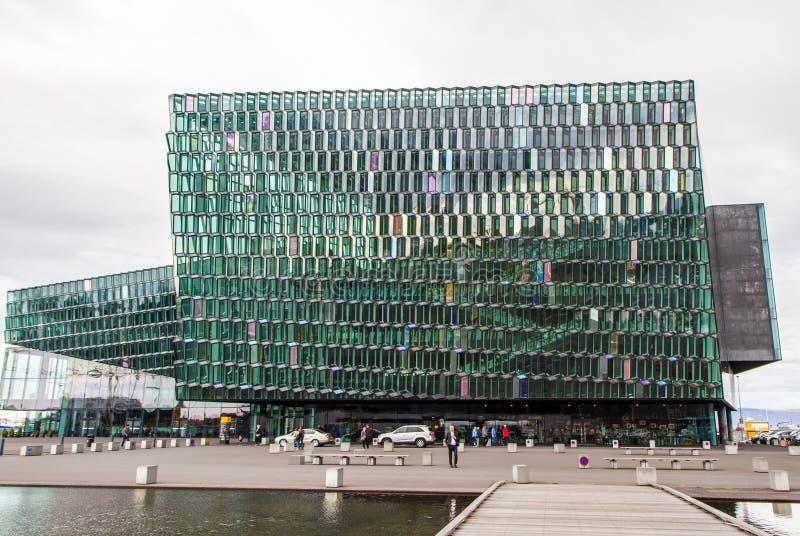 Casa de vidro da ópera em Reykjavik Islândia 10 06,2017 fotografia de stock
