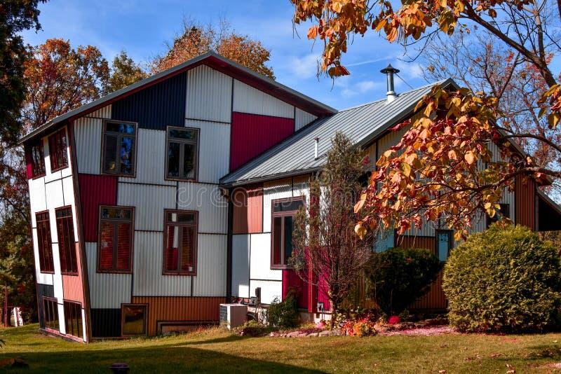 Casa de vista colorida e artística imagens de stock royalty free