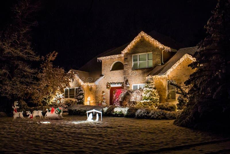 Casa decorata per il Natale alla notte fotografie stock libere da diritti