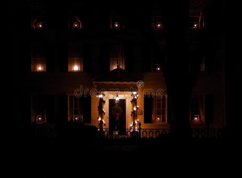 Casa decorata per il Natale alla notte immagine stock