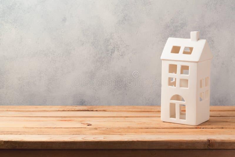 Casa decorativa del vintage en la tabla de madera con el espacio de la copia Casas de las propiedades inmobiliarias?, planos para fotografía de archivo