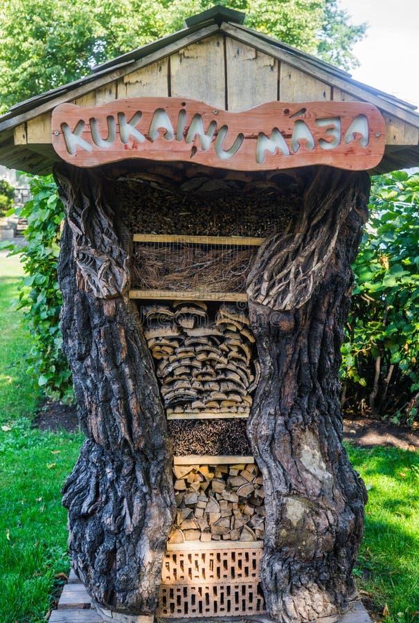 Casa decorativa feita da madeira velha oca para a lenha fotografia de stock