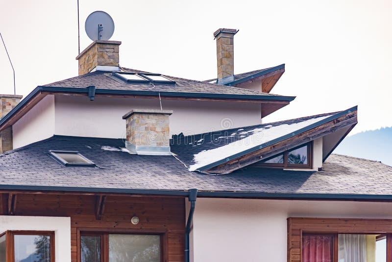 Casa del aguilón con un tejado imagen de archivo libre de regalías