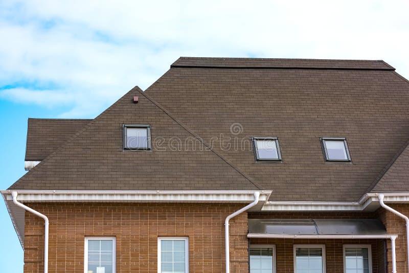 Casa del aguilón con un tejado imágenes de archivo libres de regalías