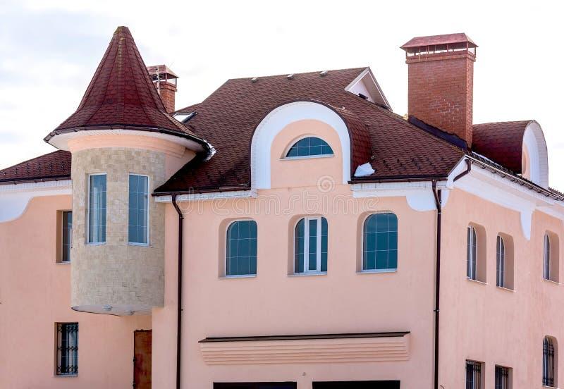 Casa del aguilón con un tejado imagen de archivo