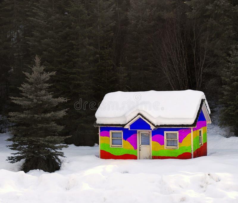 Casa del arco iris enterrada en nieve imagen de archivo