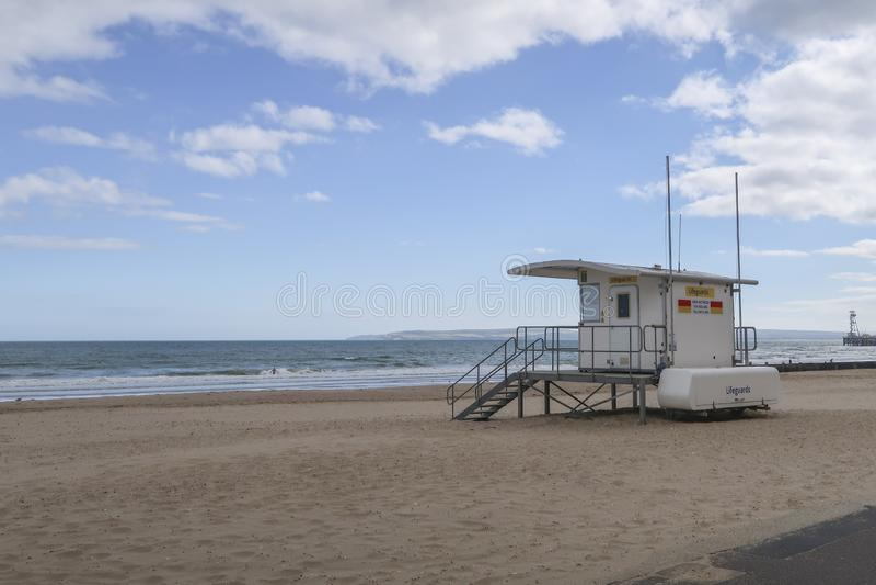 Casa del bagnino sull'una spiaggia vuota di Weymouth un centro balneare ben noto nel sud immagini stock libere da diritti
