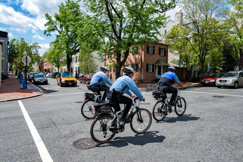 Casa del blanco de la C C , los E.E.U.U. - MAYO, 2 2014 - montan en bicicleta al policía en Georgetown imagen de archivo libre de regalías