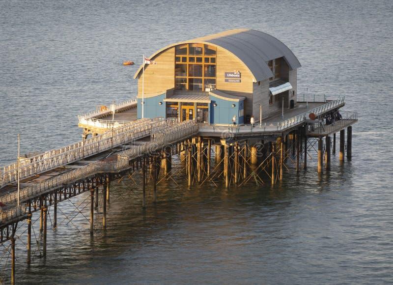 Casa del bote salvavidas de RNLI en el embarcadero de los refunfuños foto de archivo libre de regalías