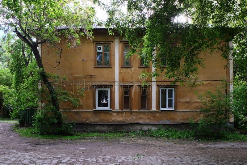 Casa del casco antiguo en el parque imagen de archivo