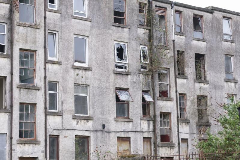 Casa del consejo abandonada en los tugurios del estado del ghetto de la crisis de vivienda pobre en Glasgow portuaria imagen de archivo libre de regalías