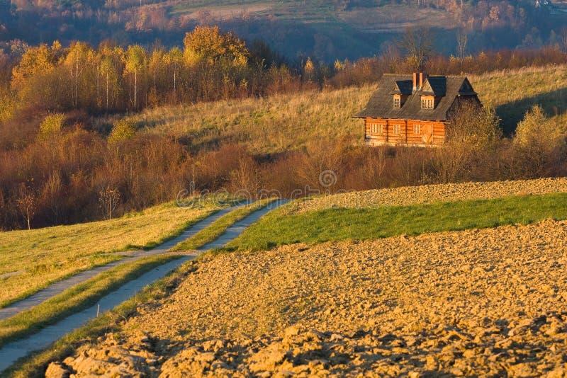 Casa del cottage nei campi di autunno fotografia stock libera da diritti